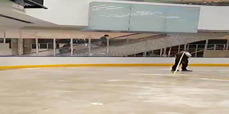 مراحل پایانی آماده سازی پیست یخ ریختن آب برای تشکیل یخ روی پیست